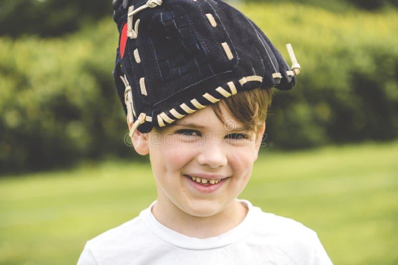 Jogo de basebol novo com a luva na cabeça foto de stock royalty free