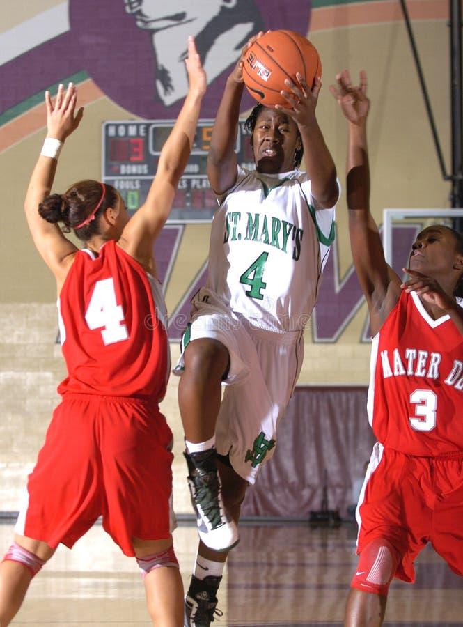 Jogo de basquetebol das meninas da High School fotografia de stock
