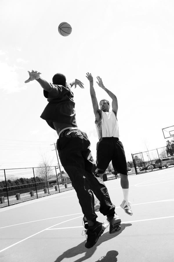 Jogo de basquetebol do competidor fotografia de stock royalty free