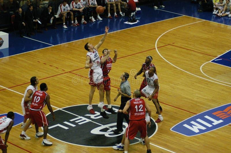 Jogo de basquetebol em Milão imagens de stock