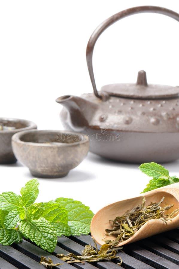 Jogo de chá asiático com hortelã fresca fotos de stock