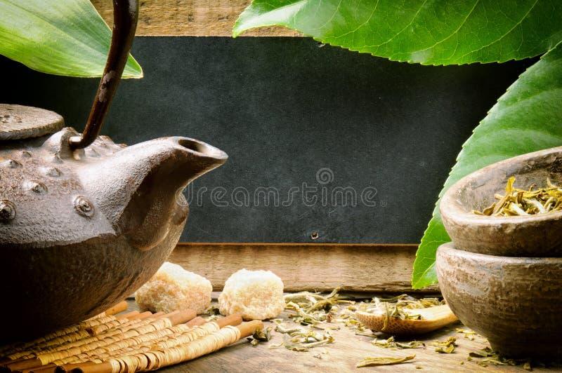 Jogo de chá asiático e placa de madeira rústica foto de stock