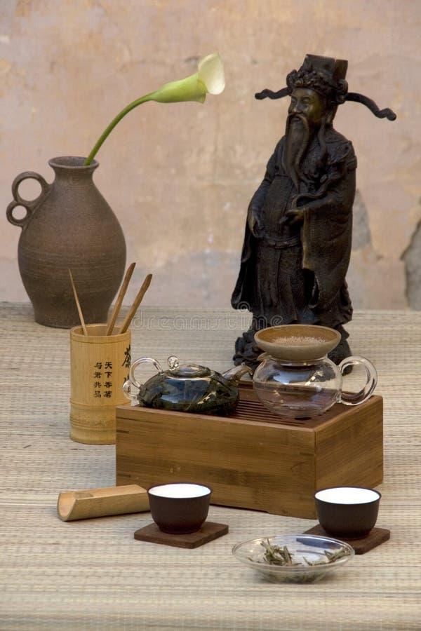 Jogo de chá do chinês tradicional com estátua foto de stock royalty free
