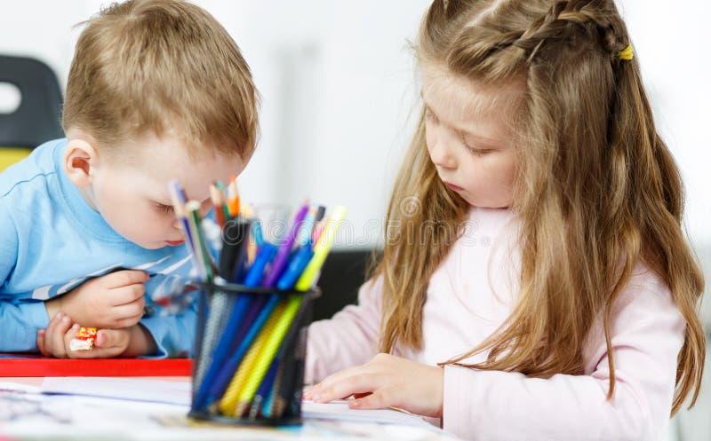 Jogo de Childs Rapaz pequeno e menina que passam o tempo junto fotografia de stock royalty free