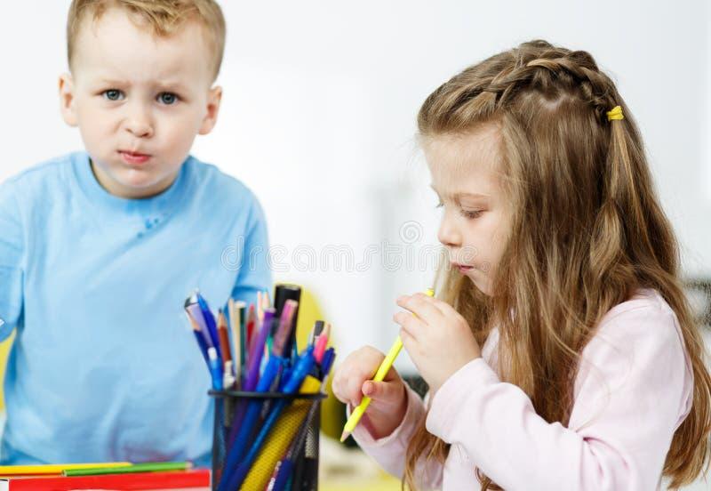 Jogo de Childs Rapaz pequeno e menina que passam o tempo junto imagem de stock