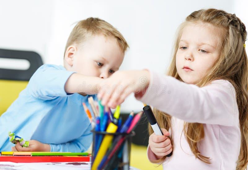 Jogo de Childs Rapaz pequeno e menina que passam o tempo junto foto de stock royalty free