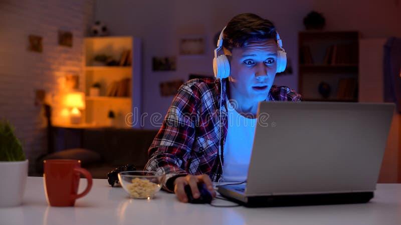 Jogo de computador de vencimento do adolescente emocional, rea??o emocional inadequada, viciado imagens de stock royalty free