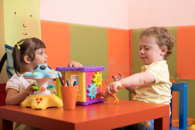 Jogo de crianças antes que virem o doutor fotografia de stock