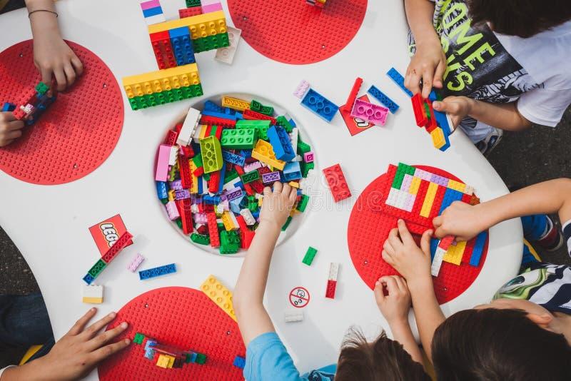 Jogo de crianças com os tijolos de Lego em Milão, Itália fotos de stock royalty free