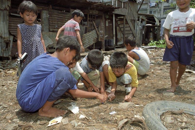 Jogo de crianças filipino na operação de descarga, Manila imagens de stock royalty free