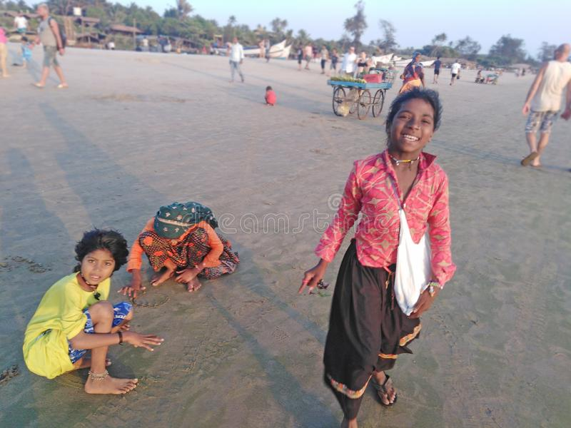 Jogo de crian?as indiano na praia de Arambol na noite Goa, India fotos de stock