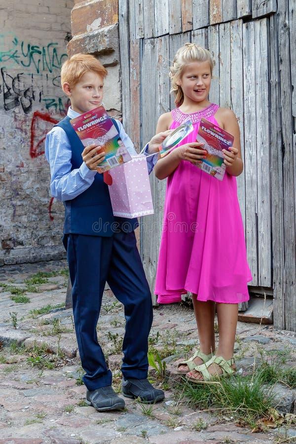 Jogo de crianças na rua fotografia de stock