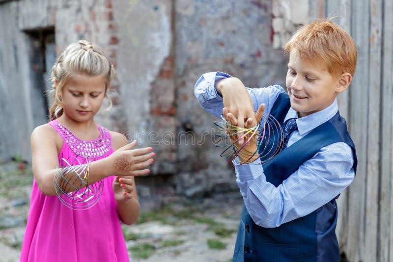 Jogo de crianças na rua foto de stock royalty free