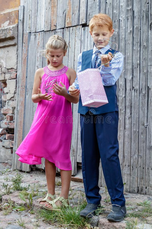 Jogo de crianças na rua foto de stock