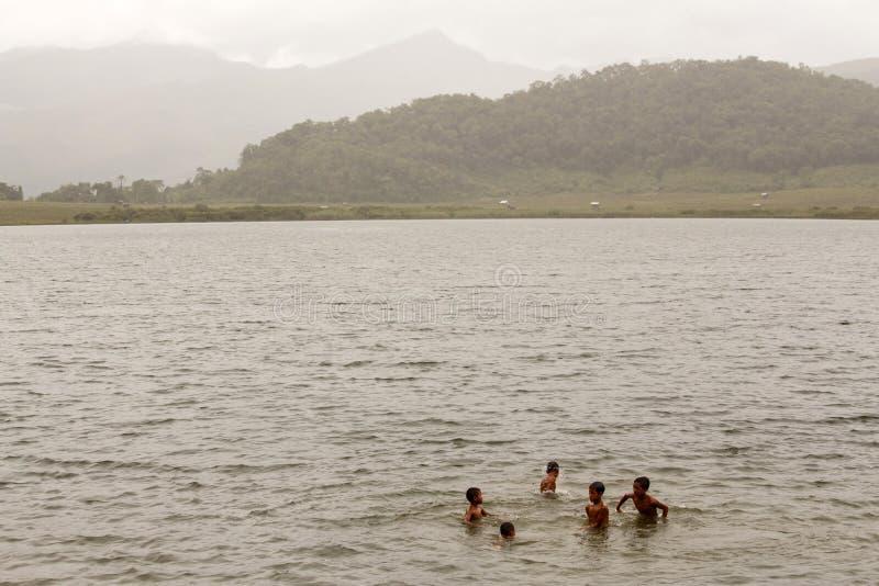 Jogo de crianças no lago Rhi, Myanmar (Burma) fotos de stock royalty free