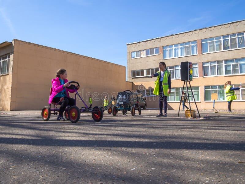 Jogo de crianças no local antes da escola na organização do tráfego imagens de stock royalty free