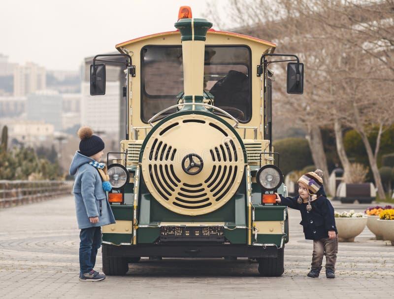 jogo de crianças no trem fotos de stock