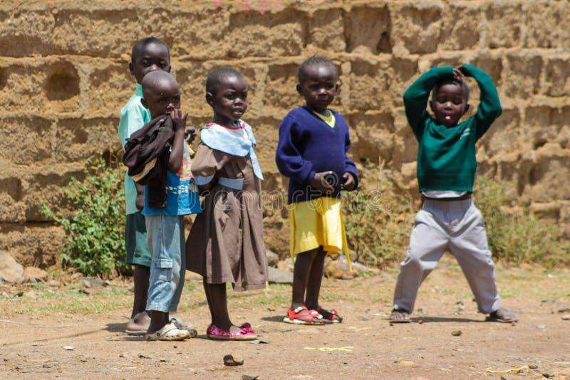 Jogo de crianças pequenas africano em uma rua fotografia de stock