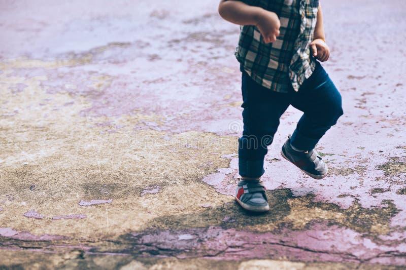 Jogo de crianças pequenas no campo fotografia de stock royalty free