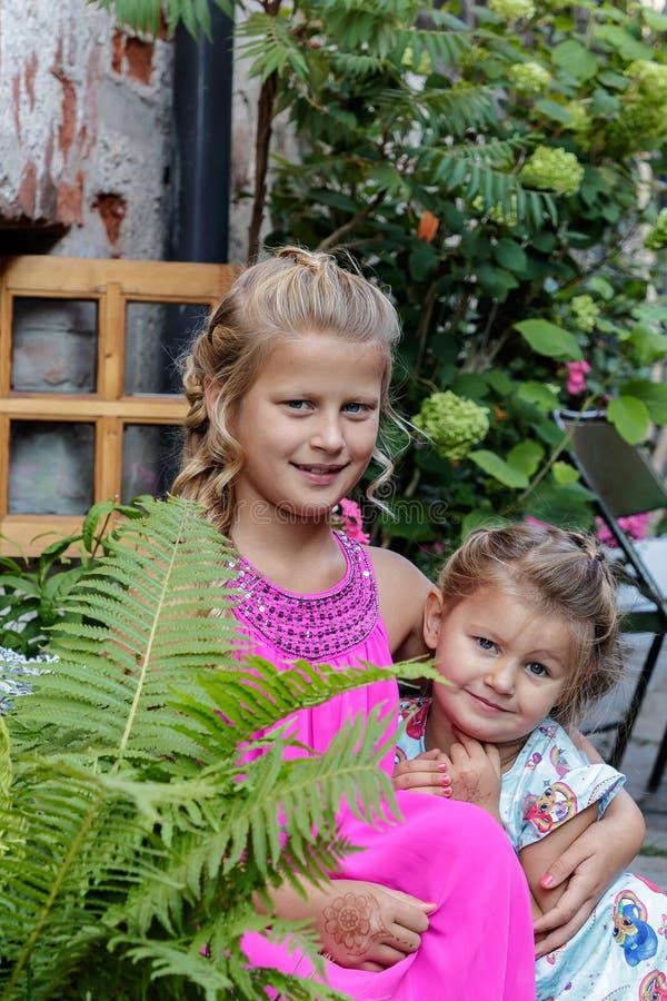 Jogo de duas meninas imagem de stock