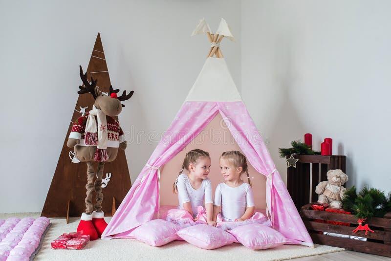 Jogo de duas meninas em uma tenda imagens de stock