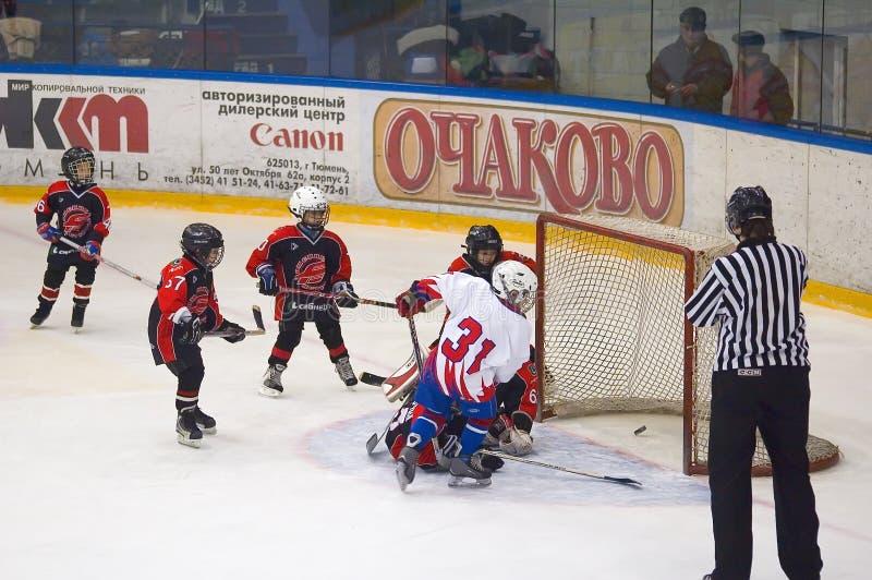 Jogo de equipes de hóquei em gelo das crianças objetivo fotos de stock