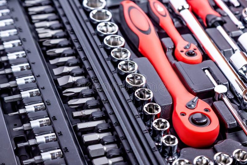 Jogo de ferramentas da mão Muitos puxam e utilizam ferramentas o close-up na caixa para para reparar o carro ou para substituir p imagem de stock royalty free