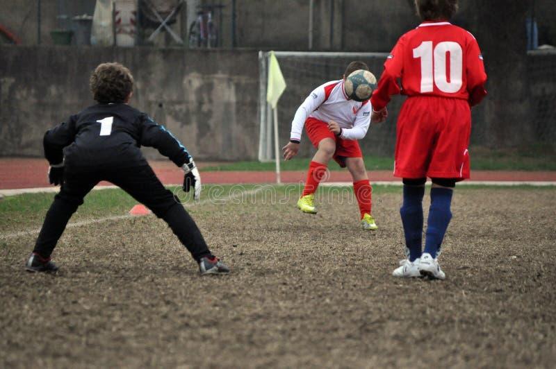 Jogo de futebol com alguns meninos fotos de stock royalty free