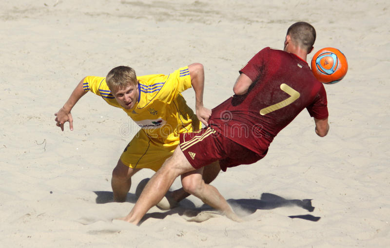 Jogo de futebol da praia entre Ucrânia e Rússia fotos de stock royalty free
