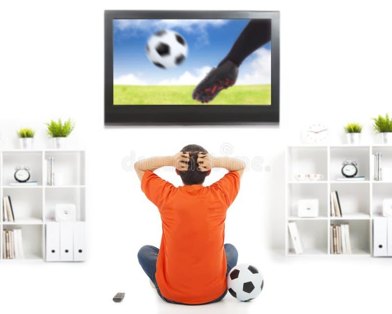 Jogo de futebol de observação do fã e sentimento nervoso foto de stock royalty free