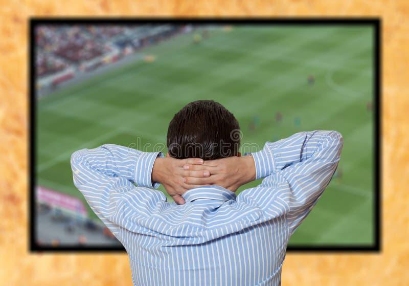 Jogo de futebol de observação do homem fotos de stock