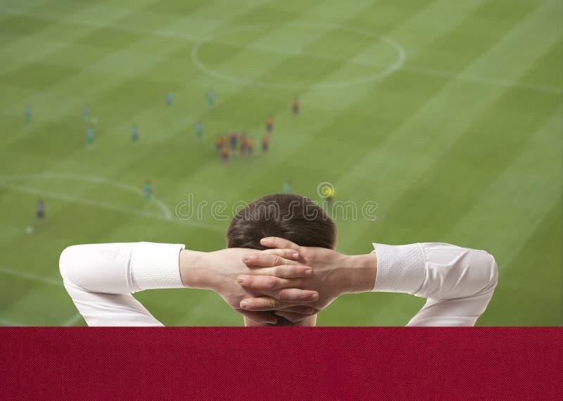Jogo de futebol de observação na tevê fotos de stock