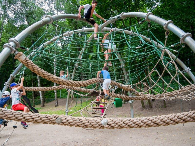 Jogo de jovens crianças no parque da corda no quadrado de Lenin foto de stock royalty free