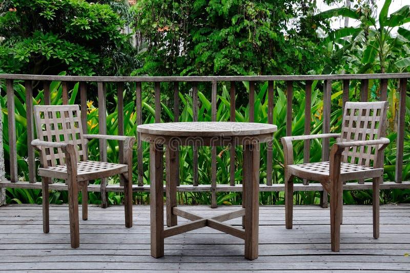 Jogo de madeira da tabela e da cadeira imagem de stock