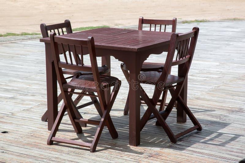 Jogo de madeira da tabela e da cadeira imagens de stock