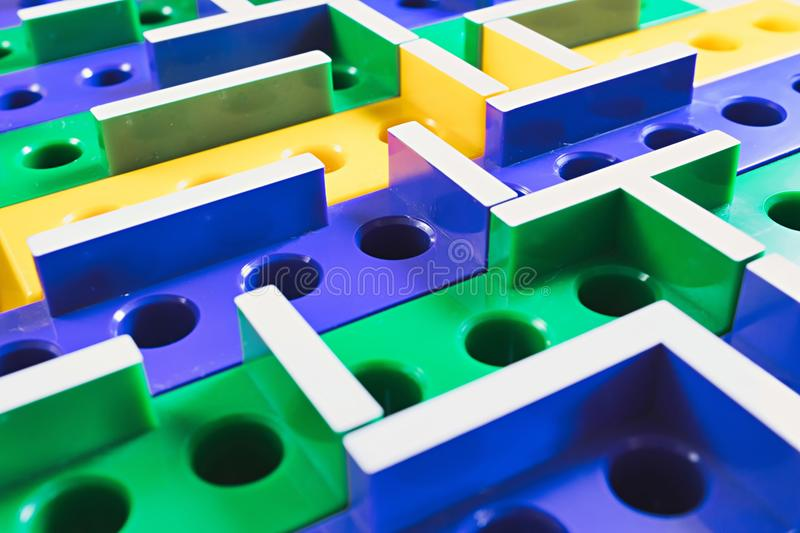jogo de mesa 3D plástico colorido labirinto imagem de stock
