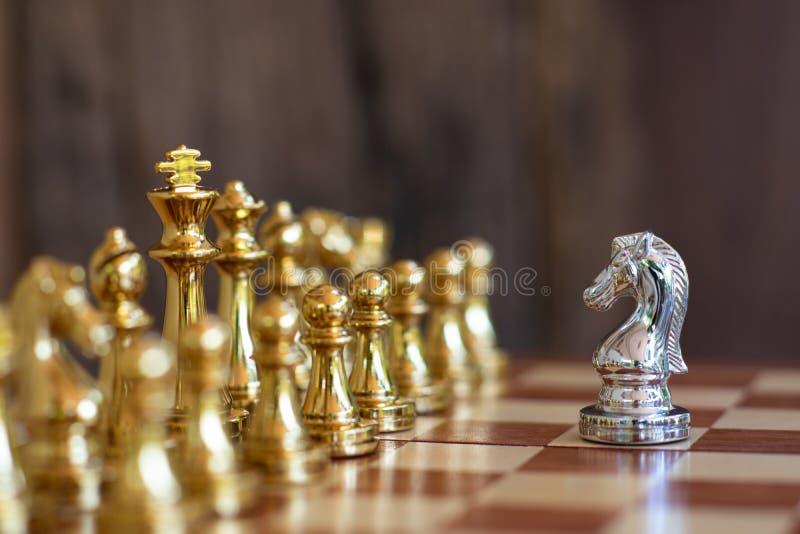 Jogo de mesa da xadrez, conceito competitivo do negócio Foco seletivo imagens de stock