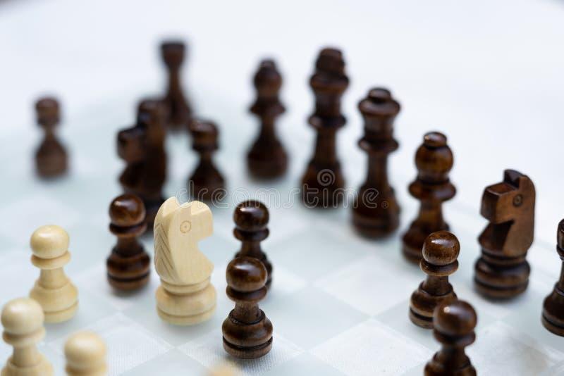 Jogo de mesa da xadrez, conceito competitivo do neg?cio, situa??o dif?cil do encontro, perdendo e ganhando fotografia de stock
