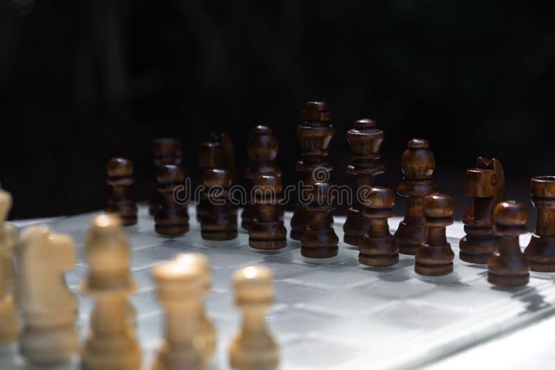 Jogo de mesa da xadrez, conceito competitivo do neg?cio, situa??o dif?cil do encontro, perdendo e ganhando imagem de stock
