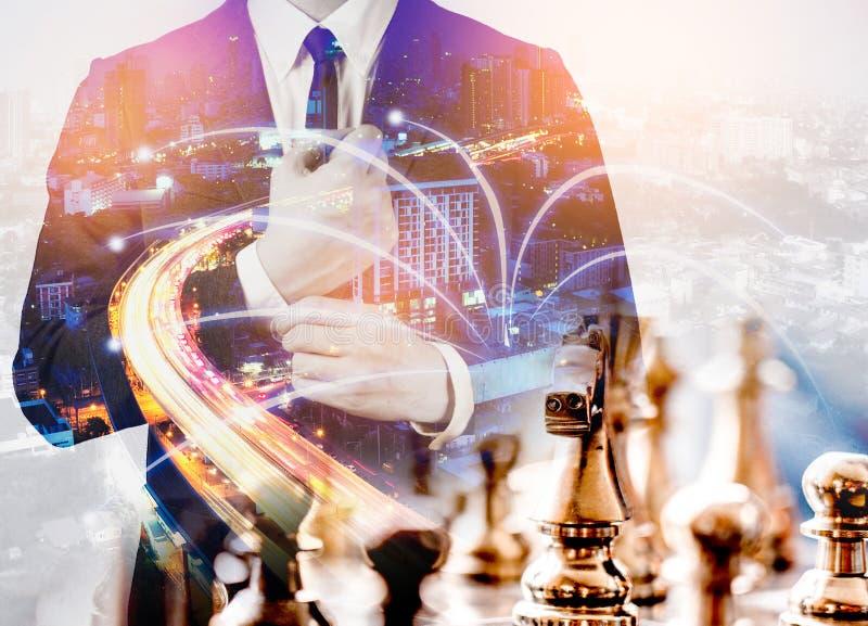 Jogo de mesa da xadrez da exposição dobro para ideias e competição e s imagens de stock royalty free