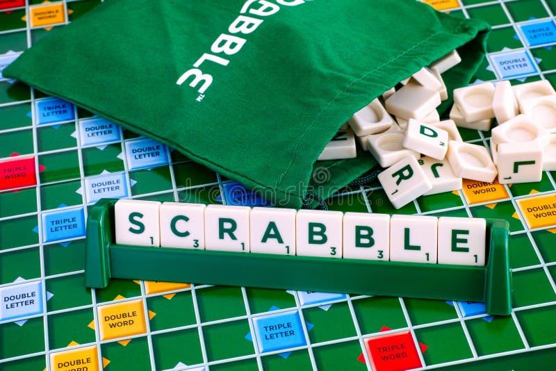 Jogo de mesa do Scrabble Exprima o Scrabble das telhas da letra na telha fotografia de stock