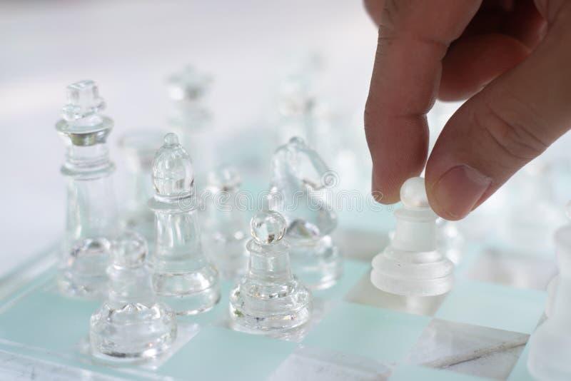Jogo de mesa feito do vidro, conceito competitivo da xadrez do negócio imagem de stock