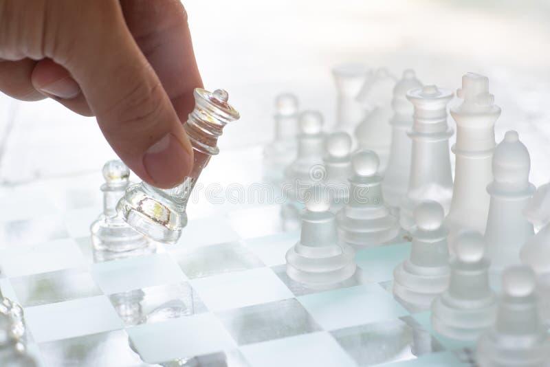 Jogo de mesa feito do vidro, conceito competitivo da xadrez do negócio fotografia de stock royalty free
