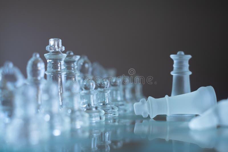 Jogo de mesa feito do vidro, conceito competitivo da xadrez do negócio imagem de stock royalty free