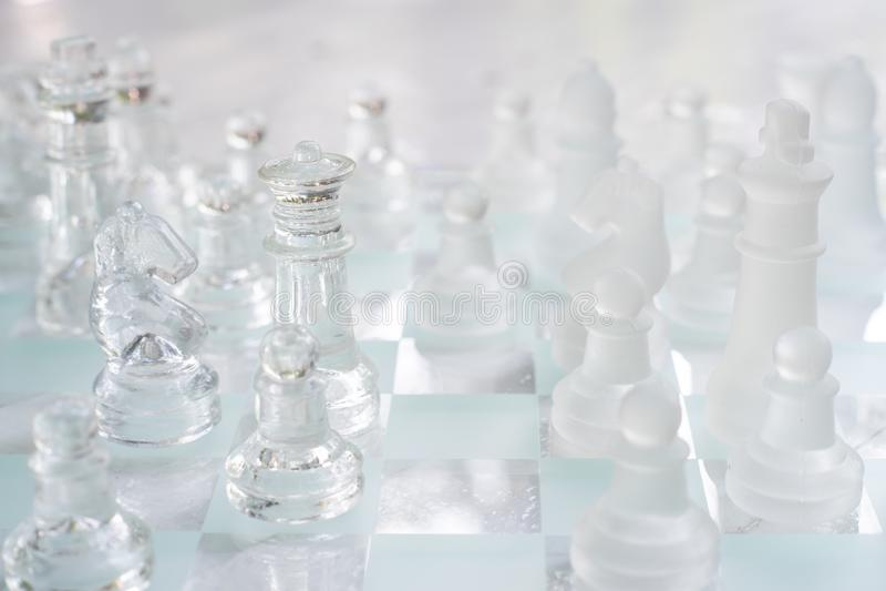 Jogo de mesa feito do vidro, conceito competitivo da xadrez do neg?cio fotos de stock royalty free
