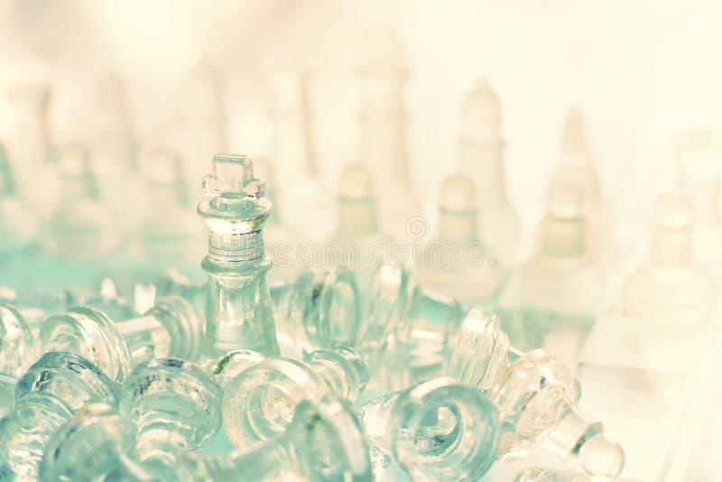 Jogo de mesa feito do vidro, conceito competitivo da xadrez do neg?cio fotografia de stock royalty free