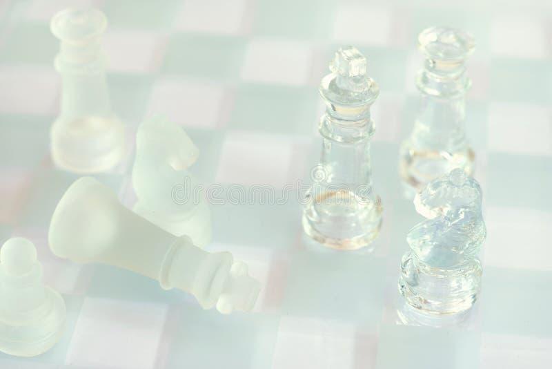 Jogo de mesa feito do vidro, conceito competitivo da xadrez do neg?cio foto de stock royalty free