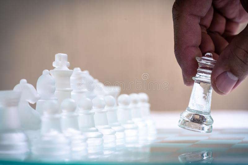 Jogo de mesa feito do vidro, conceito competitivo da xadrez do neg?cio imagens de stock royalty free