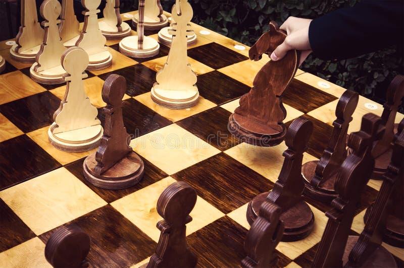 Jogo de mesa, mão do jogador de xadrez aproximadamente a jogar, fotografia de stock