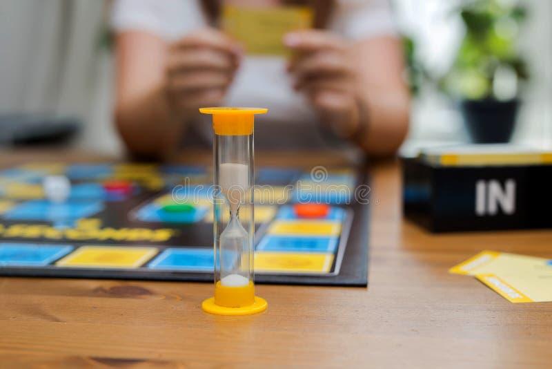 jogo de mesa de 30 segundos, jogo de partido muito rápido, jogo nas equipes família ou atividade do amigo fotos de stock royalty free